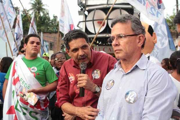 Jo�o Paulo e Paulo Rubem discursam � beira do canal e criticam ac�mulo de lixo na comunidade. ( Nando Chiappetta/DP/D.A Press.)