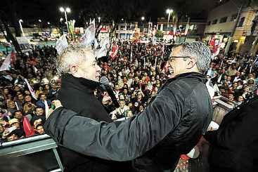 Lula cumprimenta Padilha, em S�o Jos� dos Campos: tentativa de 'salvar' a candidatura petista. Foto: Rodrigo Petterson/Anal�tica (Rodrigo Petterson/Anal�tica)