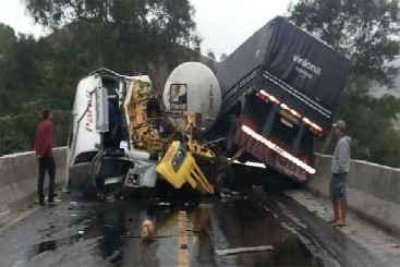 Acidente aconteceu no final de uma ponte na rodovia. Um dos ve�culos transportava carga perigosa. Foto: PRF/Divulga��o (PRF/Divulga��o)
