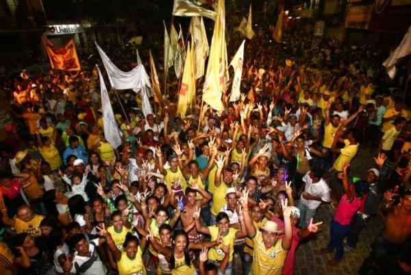 Cerc a de sete mil pessoas acompanharam C�mara e Fernando Bezerra Coelho. Foto: Rodrigo Logo/Divulga��o