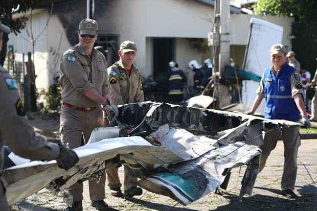 Avi�o monomotor de pequeno porte caiu em frente � uma casa em Curitiba, quando decolava do Aeroporto Bacacheri, por volta das 13h30 deste s�bado. Foto: Geraldo Bubniak/AGB/Estad�o Conte�do