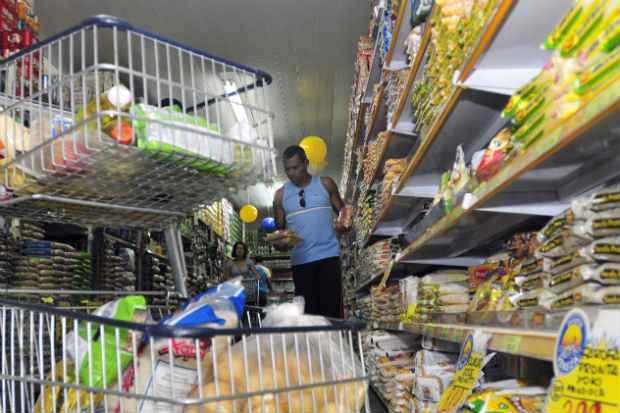 Consumidor est� �s voltas com o fantasma da infla��o, medida pelo �ndice de Pre�os ao Consumidor Amplo (IPCA). Os alimentos t�m contribu�do para o aumento. Foto: Ed Alves/CB/D.A Press
