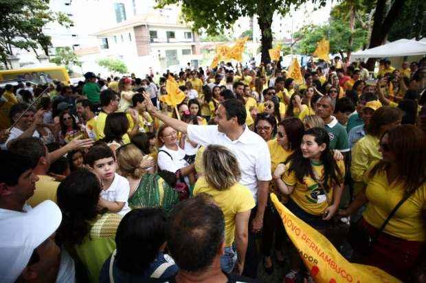 Centenas de pessoas acompanharam Paulo C�mara, na Pra�a de Casa Forte, no Recife (Rodrigo Lobo/Divulga��o)