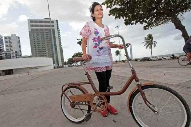 A bióloga Lígia Lima não conseguia se acostumar com os modelos modernos de bicicletas e ganhou do namorado uma autêntica Monareta, que faz sucesso por onde passa. Foto: Roberto Ramos/DP/D.A Press