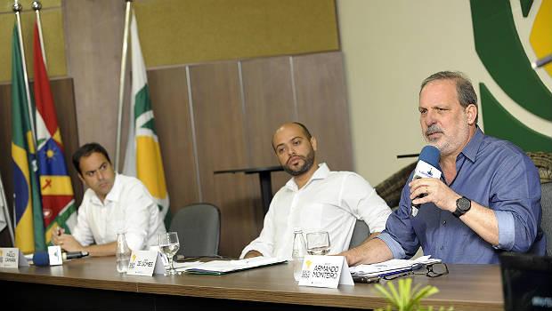 C�mara, Z� Gomes e Armando participaram de debate na R�dio Liberdade, em Caruaru (L�o Caldas/Divulga��o)