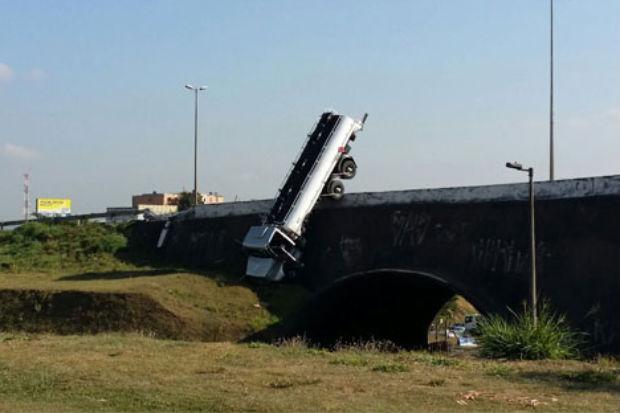 Caminh�o tanque est� vazio, mas ainda h� risco de explos�o. Todo o local foi isolado. Foto: Sidney Lopes/EM/DA Press (Sidney Lopes/EM/DA Press)