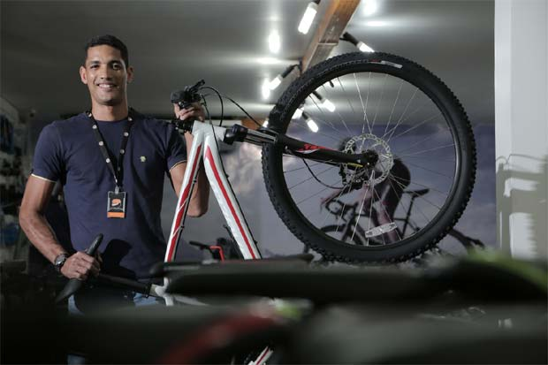 Vendedor Rafael Bernardo alerta para itens como o tamanho do quadro adequado para o dono e o uso que o ciclista fará da bicicleta. Foto: Ivan Melo/DP/D.A Press