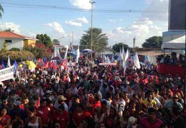 Eleitores esperam com�cio com a presen�a de Lula, Armando e Jo�o Paulo. Foto: Reprodu��o/ Twitter