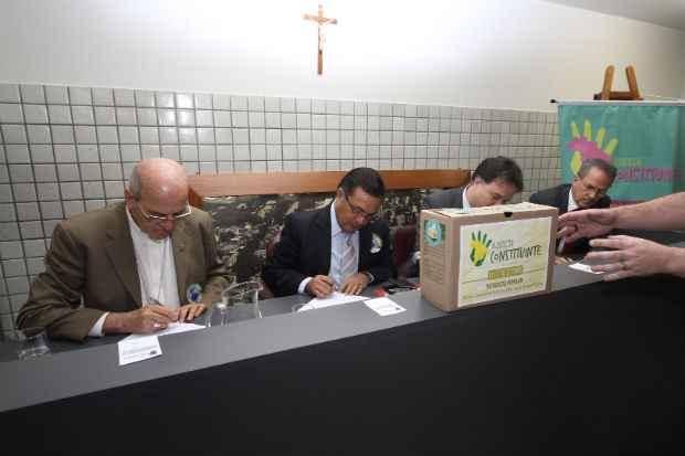 Dom Fernando Saburido, Padre Pedro Rubens, reitor da Unicap, e Pedro Henrique Alves, da OAB, participam do plebiscito pela reforma pol�tica. Foto: Julio Jacobina/DP/D.A Press