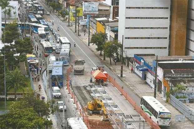 Carros e ônibus disputam espaço na única faixa que ficou livre. Foto: Teresa Maia/DP/D.A. Press