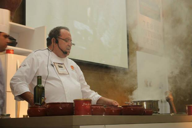 """'É muito bom ver toda essa garotada interessada em gastronomia"""", comentou o chef. Foto: Karoline Rodrigues/Senac/Divulgação"""