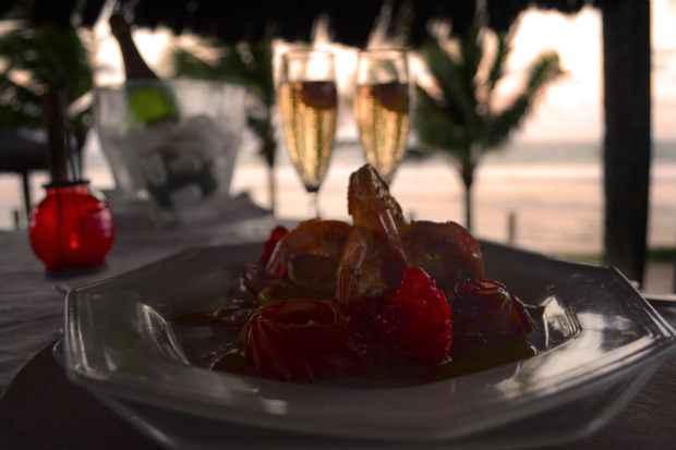 O jantar romântico acompanha uma garrafa de vinho ou espumante. Foto: Juliana Rios/Divulgação