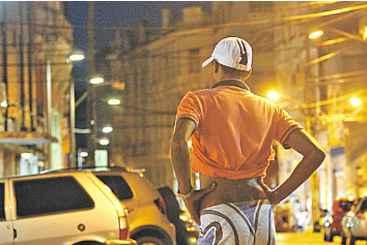 Guardadores cobram antecipado por serviço duvidoso e muitas vezes ameaçam quem se recusa a pagar, dizem motoristas. Em diversos bairros, ruas são loteadas entre eles. Foto: Blenda Souto Maior/DP/D.A Press (Guardadores cobram antecipado por serviço duvidoso e muitas vezes ameaçam quem se recusa a pagar, dizem motoristas. Em diversos bairros, ruas são loteadas entre eles. Foto: Blenda Souto Maior/DP/D.A Press)