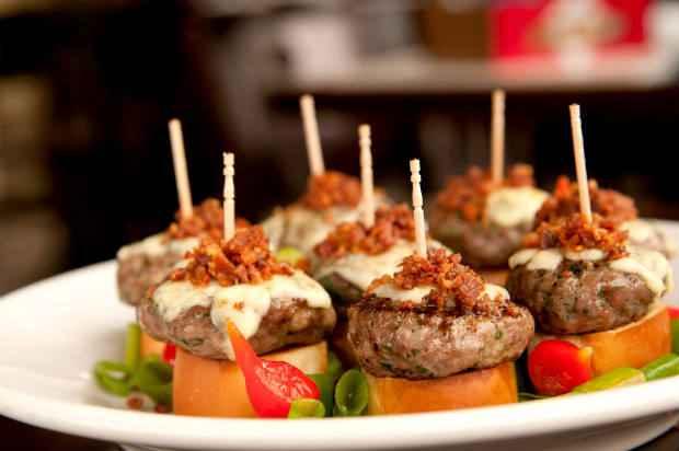 Os mini hambúrgueres são uma boa pedida para petisco. Foto: Vagalume/Divulgação