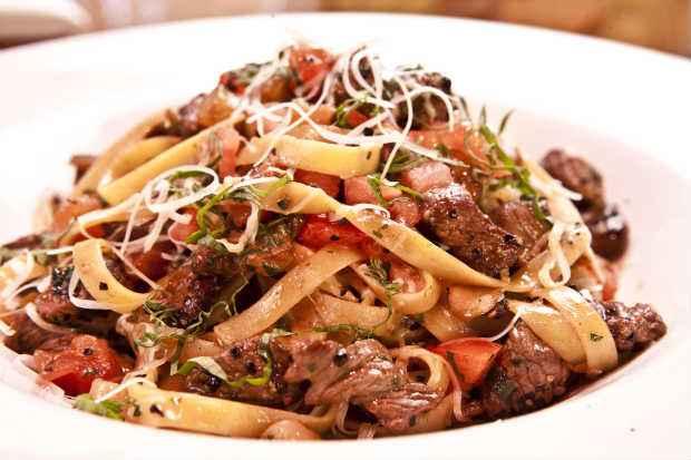 Steakhouse Pasta leva champignon, tomate e pedaços de carne. Foto: Outback/Divulgação