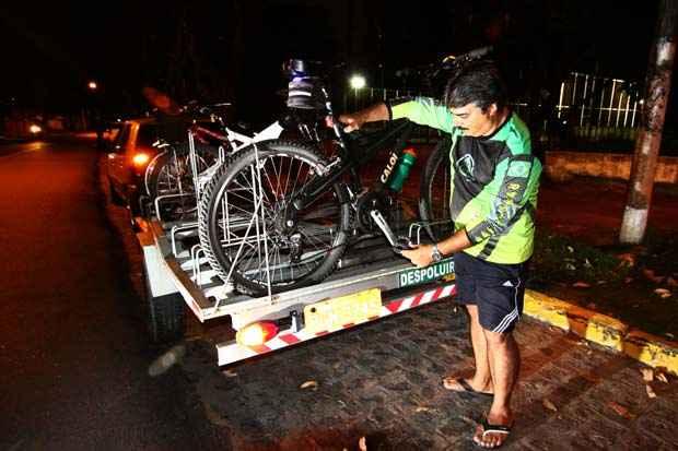 Um dos responsáveis pelo Despoluir Bikes, Alcides Neto usa uma carroça de reboque para levar as bicicletas em viagens do grupo. Foto: Paulo Paiva/DP/D.A Press