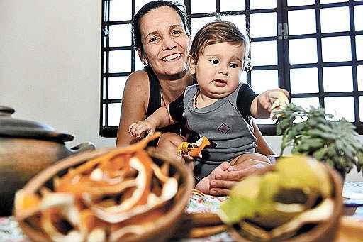 Nara faz parte de um grupo de mães que compartilha receitas e práticas verdes para a família. O filho Raí e o planeta agradecem. Foto: Correio/Divulgação
