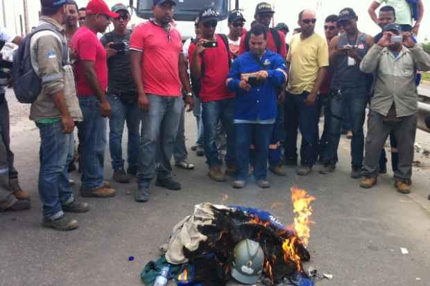 Revoltados com a falta de pagamento pela Alusa, funcionários queimaram fardamento em frente à Refinaria Abre eu Lima (Augusto Freitas/DP/DA Press)