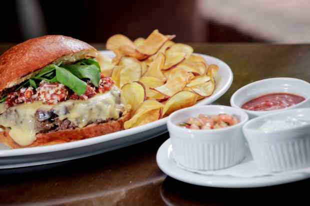 O hambúrguer do Pobre Juan acompanha molho picante, maionese e ketchup de goiabada. Foto: Pobre Juan/Divulgação