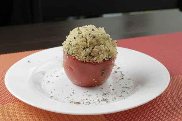 O tomate recheado é uma das opções de entrada. Foto: Ivan Melo/Esp.DP/D.A.Press