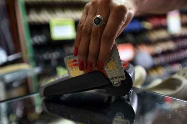 Cartão de crédito e cheque especial são prioridade para os brasileiros que vão quitar dívidas utilizando o 13º salário. Foto: Ed Alves/CB/D.A Press (Cartão de crédito e cheque especial são prioridade para os brasileiros que vão quitar dívidas utilizando o 13º salário. Foto: Ed Alves/CB/D.A Press)