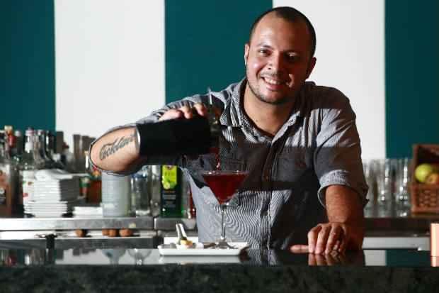 Bartender Luciano Guimarães atua no BarChef. Foto: Bernardo Dantas/ DP/D.A Press