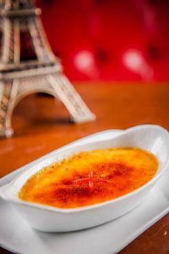 O crème brûlée é um creme de baunilha com uma camada de açúcar. Foto: L'Entrecôte/Divulgação