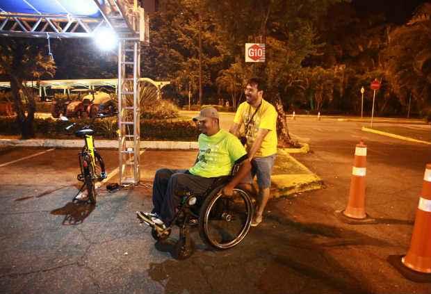 Leandro Sousa Mendonça (na cadeira) e Pedro Henrique Bezerra fizeram o desafio de ônibus e relatarm problemas vivenciados por cadeirantes que usam transporte coletivo. (Bernardo Dantas/DP/D.A Press)