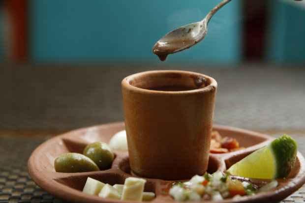 O caldinho de feijão vem com os complementos separadamente. Foto: Blenda Souto Maior/DP/D. A Press