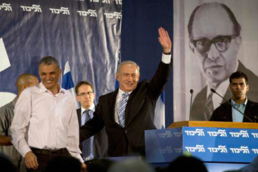O primeiro-ministro israelense Benjamin Netanyahu (C) e o ex-ministro Moshe Kahlon (E). Foto: Menahem Kahana/AFP Photo/Arquivo