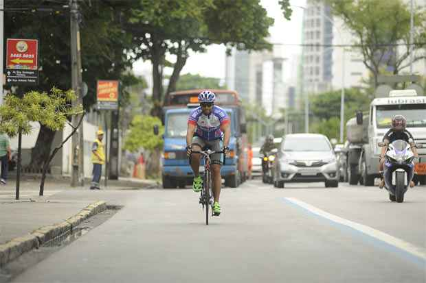 O ciclista André Maia utiliza a ciclofaixa diariamente e reclama do desrespeito dos motoristas.  Foto: Everson Verdião/Esp.DP/D.A.Press