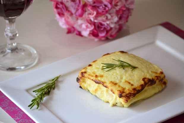 O Croque Monsieur segue a receita clássica: pão, peito de peru, queijo emmental, molho bechamel coberto com queijo parmesão e gratinado no forno. Foto: Saulo Dal Bó/Lumi Comunicação