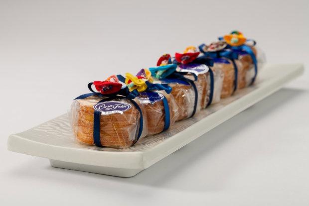 A embalagem dos docinhos é decorada com uma boneca de pano. Foto: Casa dos Frios/Divulgação
