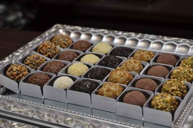 A mesa de doces nas festas de fim de ano pode ganhar mais sofisticação com novos sabores de brigadeiros. Foto: Cristiane Silva/Esp. DP/D. A Press