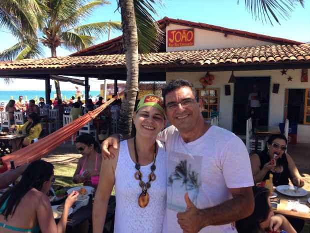 Anna e Adauto cativam os clientes com boa comida e uma bela vista para o mar de Maracaípe