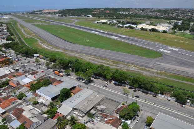 A pista de pousos e decolagens do Guararapes tem 3.007 metros de extensão. Foto: Carlos Pantaleao/Infraero/Divulgão