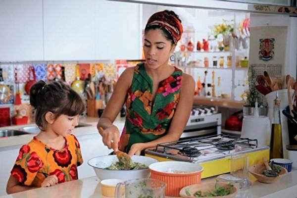 Bela Gil ensina a fazer um capeletti integral de abóbora e espinafre. Foto: GNT/Divulgação