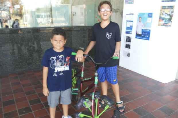 João Guilherme Caldas (à direita) e seu primo Felipe Caldas (à esquerda), ao lado na bicicleta com roda de tênis do Espaço Ciência (Arquivo pessoal)