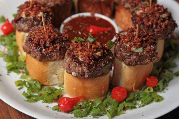 O USA - minihambúrguer com gorgonzola e crispy de bacon, custa R$ 26,90. Foto: Roberto Ramos/DP/D.A Press