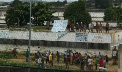 Detentos fizeram um boneco de pano simbolizando juiz e queimaram. Foto: Thaís Arruda/Esp.DP/D.A Press