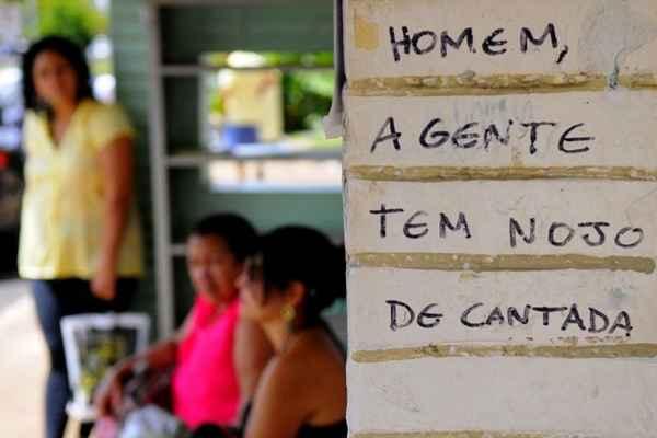 Frases do movimento grafada em uma parada de ônibus. Foto: Carlos Vieira/CB/D.A. Press