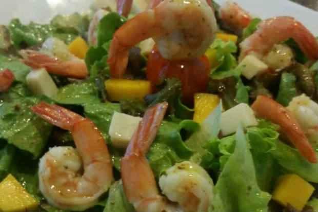 Salada Tropical de Camarão leva diversos ingredientes, como folhas, tomates cereja, palmito, manga e molho de mostarda e mel. Foto: Casa do Mar/Divulgação