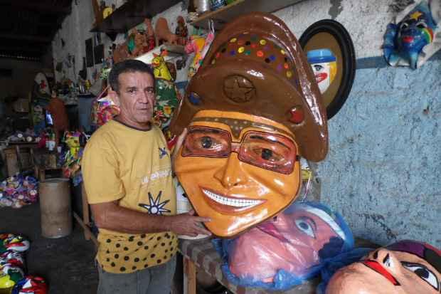 Entre a troca de um pneu e o conserto de embreagem, é na fabricação de máscaras e outros itens artesanais que Galego da Oficina se encontra. Foto: Prefeitura de Bezerros/Divulgação