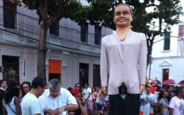 Boneco gigante de Marina Silva, líder da Rede, marca presença no mutirão de coleta de assinaturas neste domingo (25), mas praça do Arsenal, no Recife Antigo. Foto: Rede Sustentabilidade/Divulgação