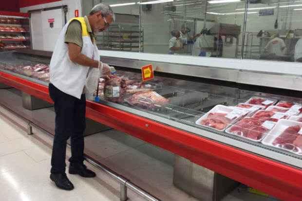 Em nova operação, Vigilância Sanitária e Procon-PE apreenderam carne estragada no Extra da Rua Benfica. Foto: Secretaria de Saúde do Recife/Divulgação