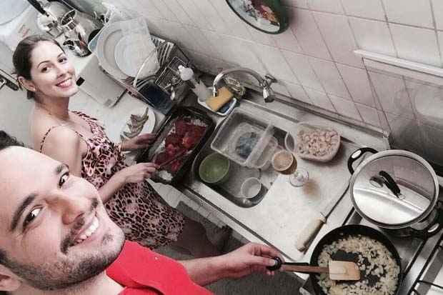 João Vítor e Marjorie fazem experimentos juntos na cozinha. João Vitor Farias/Arquivo pessoal