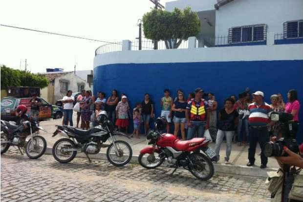 População de Poção aguarda a chegada dos corpos das vítimas de chacina no Sítio Cafundó. Foto: Raphael Guerra/DP/DA Press