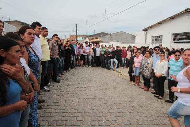 Centenas de pessoas, entre familiares, amigos e conselheiros tutelares, se mobilizaram para pedir justiça durante velório das vítimas (Annaclarice Almeida/DP/D.A.Press)