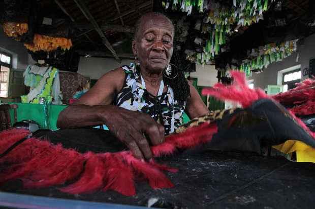Odilha trabalha no acabamento das fantasias diariamente e é a mais velha da escola com 86 anos. Foto: Annaclarice Almeida/DP/D.A Press (Annaclarice Almeida/DP/D.A Press)