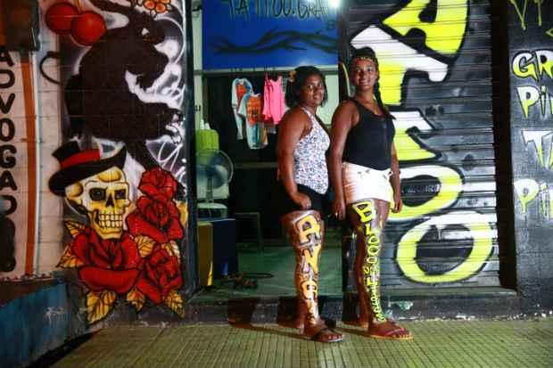 Ana Paula Maria França e Kennya Ferreira pintam as pernas para sair no Bloco dos Lisos. Foto: Bernardo Dantas/DP/D.A Press. (Crédito: Bernardo Dantas/DP/D.A Press.)